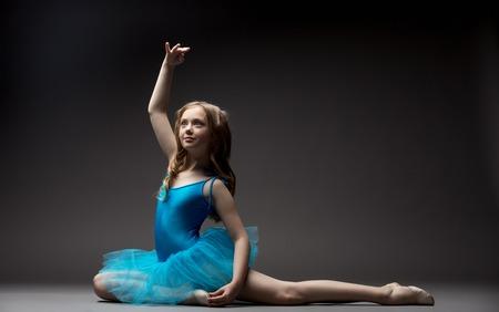 gymnastique: Image de belle petite ballerine inspiré la danse en studio Banque d'images