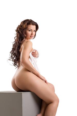 naked young women: Голый красивая женщина кокетливо позирует на камеру