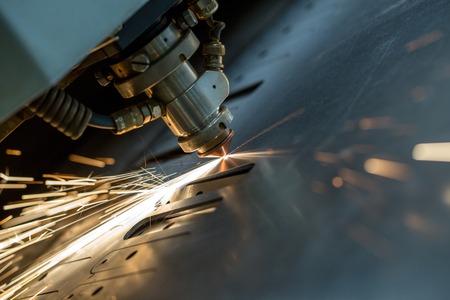 Afbeelding van lasersnijden de metalen plaat, close-up