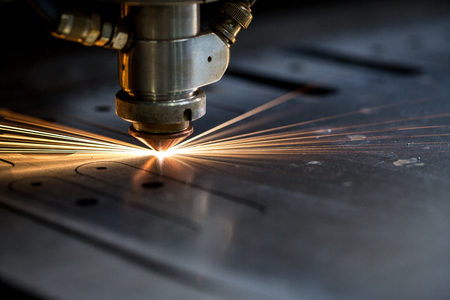 maquinaria: El corte de metal. Las chispas vuelan de láser, primer plano
