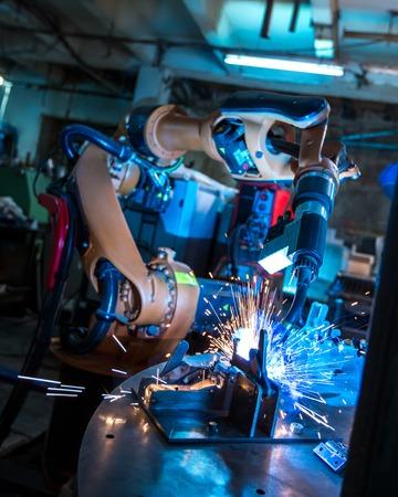 Manufacturing. Afbeelding van robotachtige machine lassen metaal bevestigingsmiddelen