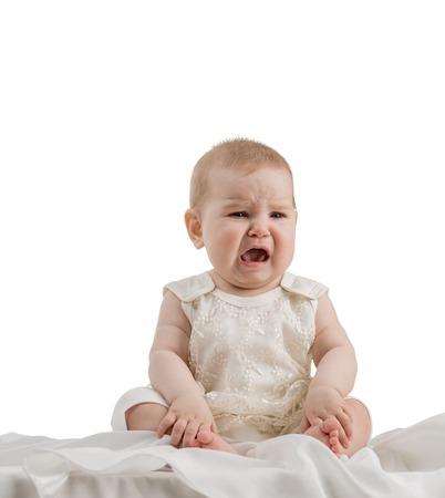 mignonne petite fille: Studio de photo de adorable petite bébé qui pleure, isolé sur blanc Banque d'images