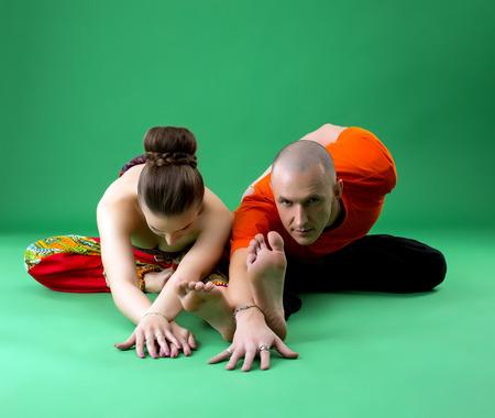 position d amour: formation de yoga Coupl�. Instructeur regardant attentivement la cam�ra