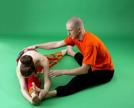 position d amour: S�ance d'entra�nement de yoga conjointe avec formateur exp�riment�. Studio photo, sur fond vert