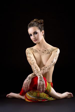 seins nus: Image de brune aux seins nus avec mehendi sur la poitrine et les �paules
