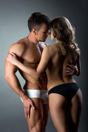 mujer sexi desnuda: Pareja heterosexual tiernamente acariciando mutuamente en el estudio Foto de archivo