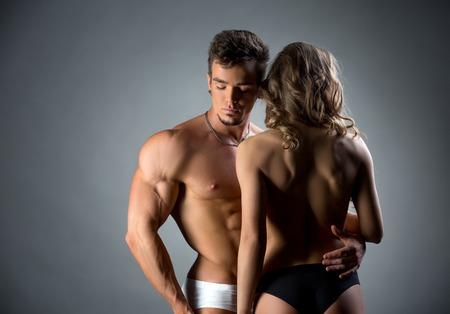 seins nus: Image de beau gosse muscl� embrassant mod�le seins nus par la taille