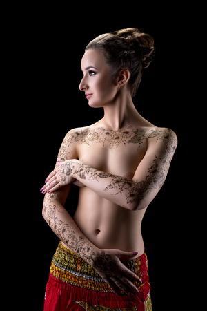 seins nus: Mehndi. Belle brune aux seins nus avec motif floral sur ses mains Banque d'images