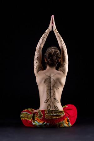 femme noire nue: Yoga et mehndi. Vue arrière de la femme aux seins nus méditer