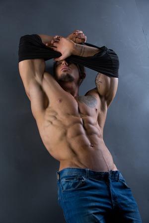 desnudo masculino: Imagen del trozo se quitó la camisa, mostrando su torso perfecto