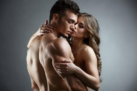sex: Erotica. Umfassen Sie von attraktiven nackten Paar. Foto Studio auf grauem Hintergrund
