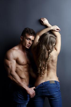 seins nus: jeans publicit�. mod�les tann�es sexy posant topless � la cam�ra Banque d'images