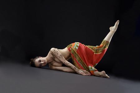 nudo integrale: Mehendi e yoga. Studio fotografico di donna facendo asana in studio