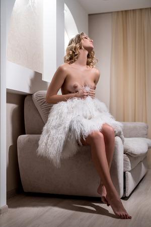 mujer rubia desnuda: Imagen de la modelo desnuda sexy con piel que se sienta en la habitación del hotel Foto de archivo