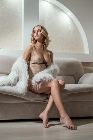 femmes nues sexy: Image de femme sexy glamour repos dans la chambre d'hôtel Banque d'images