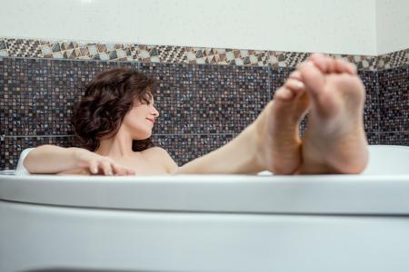 sexy nackte frau: Bild des verträumten junge Brünette, die Bad