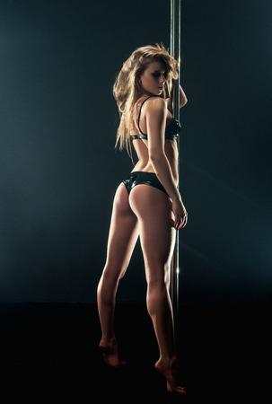 femmes nues sexy: danse Pole. Plan de la belle danseuse avec le cul élastique Banque d'images