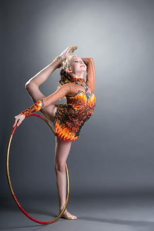 gymnastik: Bild des entzückenden kleinen Turnerin mit dem Reifen