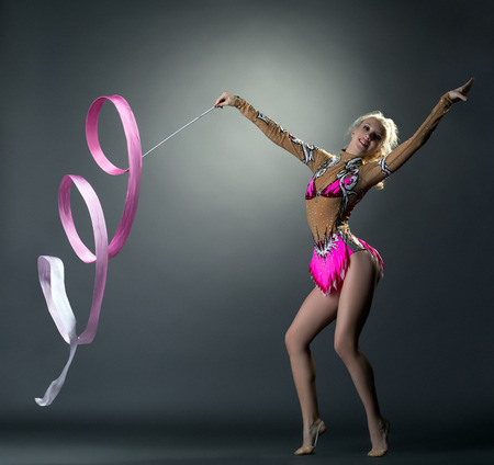 gimnasia ritmica: Gimnasia rítmica. Baile gimnasta bonita con la cinta Foto de archivo