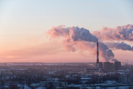 contaminacion aire: Imagen de la hermosa ciudad industrial durante el amanecer
