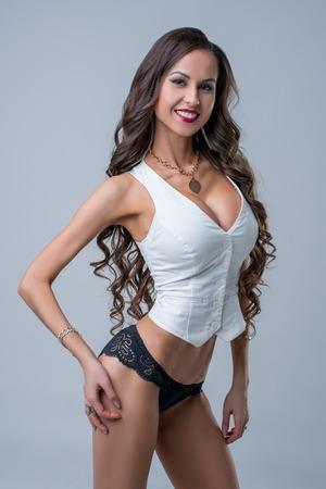 mujeres eroticas: Publicidad de la ropa. Modelo hermoso en chaleco y bragas