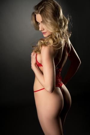 junge nackte mädchen: Schöne Mädchen mit elastischer Haut in sexy Negligé aufwirft Lizenzfreie Bilder
