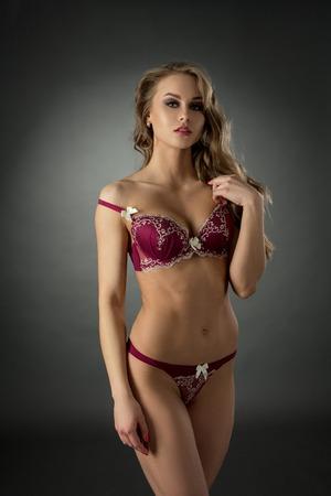 mujeres eroticas: El modelo atractivo anuncia ropa interior erótica con el cordón Foto de archivo