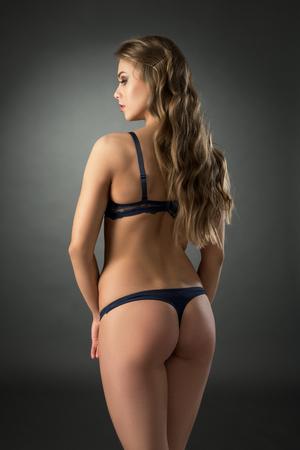 mujeres eroticas: Vista trasera de una mujer atractiva vestida en sujetador y tanga