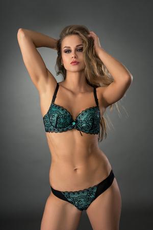 mujeres eroticas: Foto del estudio de sensual modelo posando en ropa interior erótica