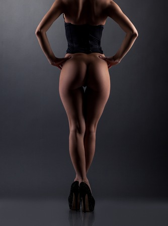 mujeres jovenes desnudas: Erótica. Vista trasera de modelo posando desnuda con el botín