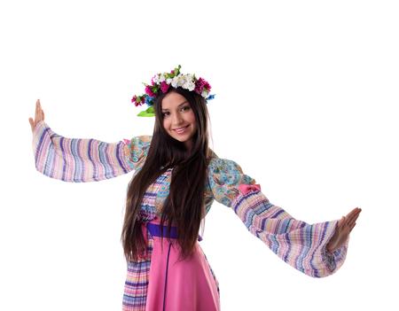 vestidos de epoca: Joven belleza con garland en traje tradicional ruso