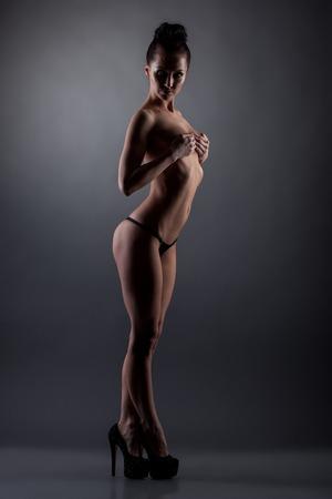 mujeres eroticas: Imagen de la chica en topless esbelta posando en zapatos de tacón alto