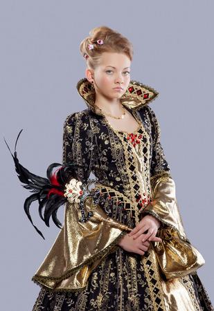 Volledige lengte portret van mooie meisje in Carnaval kostuum middelbare leeftijd als koningin Stockfoto