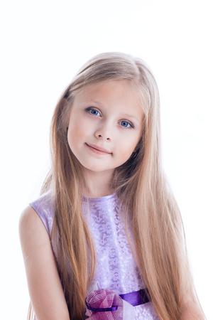 cabello rubio: Retrato de la niña hermosa rubia de vestido púrpura con los pelos largos aislados
