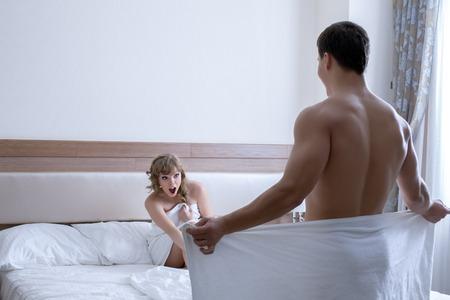 sexuales: Mujer feliz que mira al hombre desnudo atractivo espectáculo de striptease