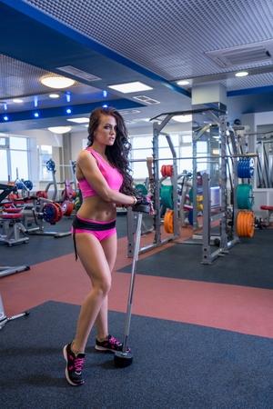 Afbeelding van mooie jonge vrouw die zich bezighouden met sporthal