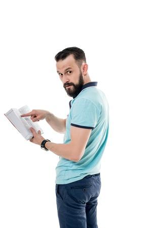 gente adulta: Foto del estudio del hombre de la barba hermoso que presenta con el libro