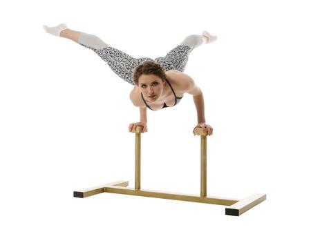 the acrobatics: Acrobacia. La muchacha bonita plantea mientras se hace el pino Foto de archivo