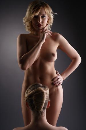 topless: Lesbienne. Studio photo de deux blondes nues sexy, sur fond gris Banque d'images