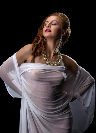 junge nackte mädchen: Chic und Verführung. Schönes Modell posiert in Schmuck