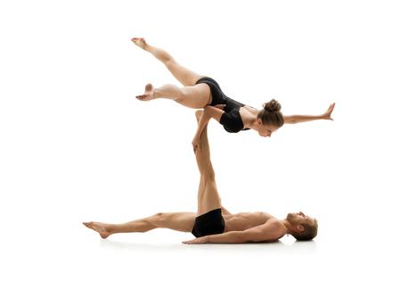 acrobatics: Foto del estudio de pareja practicando acrobacias. Aislado en el fondo blanco