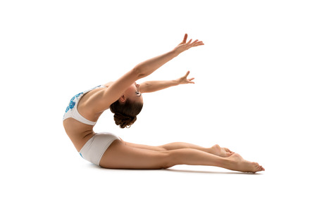tänzerin: Turnerin posiert während sie zurück zu biegen. Isoliert auf weiß