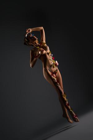 mujeres eroticas: Erótica. Foto de chica desnuda posando con mariposas en salto Foto de archivo