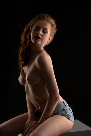 junge nackte mädchen: Erotica. Foto von sinnlichen Babe posiert seminude in die Kamera Lizenzfreie Bilder