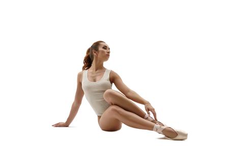donna che balla: Bello danzatore di balletto seduta. Isolato su sfondo bianco