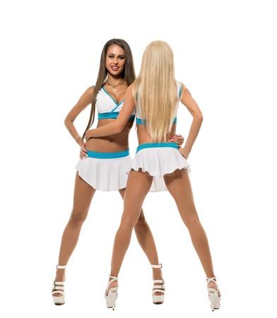 ragazze che ballano: Cheerleading. belle ragazze alte posa in studio, isolato su bianco