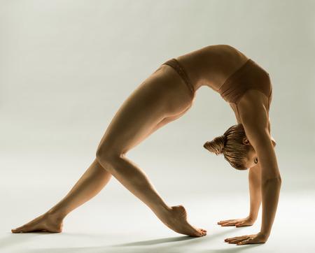 tänzerin: Gold-Haut Frau im Back-bend Studioaufnahme bleiben
