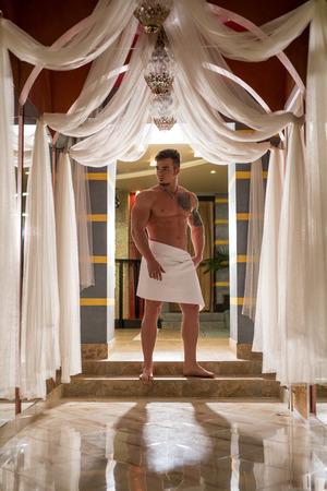 Stattlicher athletischer Mann in der Sauna Innenaufstellung