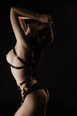 fille sexy nue: Femme sexy en ceinture en cuir noir topless