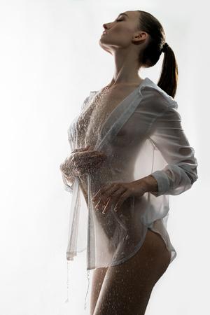 Ragazza sexy nella vista isolata camicia bagnata sbottonata Archivio Fotografico - 85544866